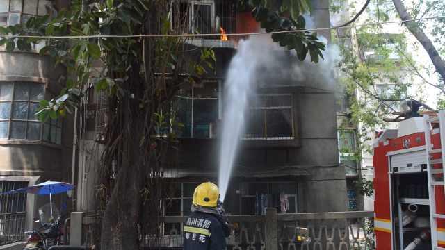 爆燃气罐烧伤住户,消防却逆行搜救