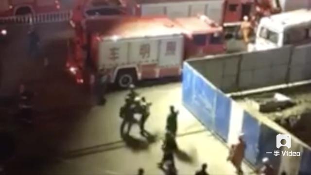 齐齐哈尔工地塌方,消防员救援被埋