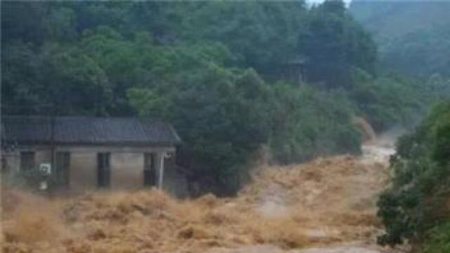 新疆巩留山洪爆发致游客被困