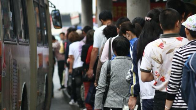 湖北男子驾越野车冲向公交站碾数人