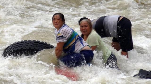 3人被困水中,消防员跳入激流救人