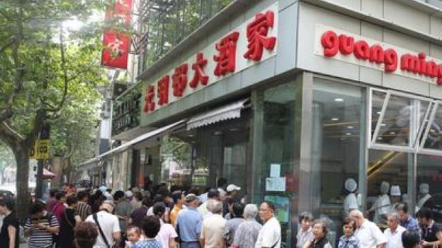 上海一鲜肉月饼店前排队超9小时