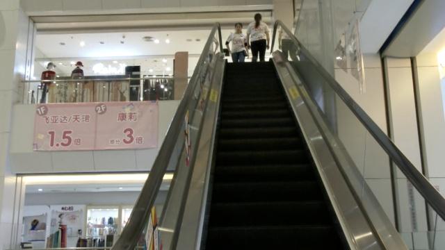 6岁男童脚卡扶梯,消防撬电梯救人