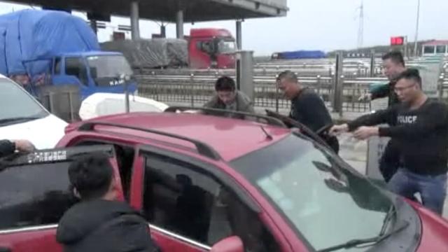 实拍:民警持枪围堵毒贩