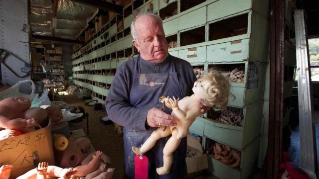 这个老爷爷用了一辈子去治疗洋娃娃