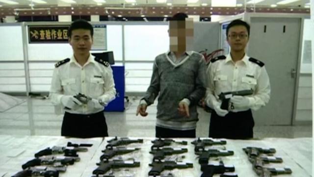 男子携22把气枪入境,配6347发子弹