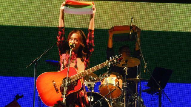 陈绮贞举彩虹旗:世界欠你一个拥抱