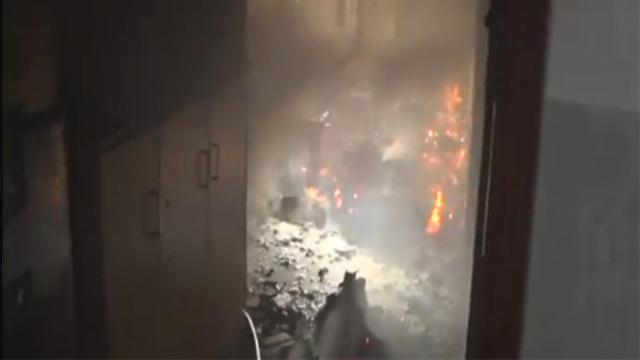 消防员冲入火场,救出老人和小女孩
