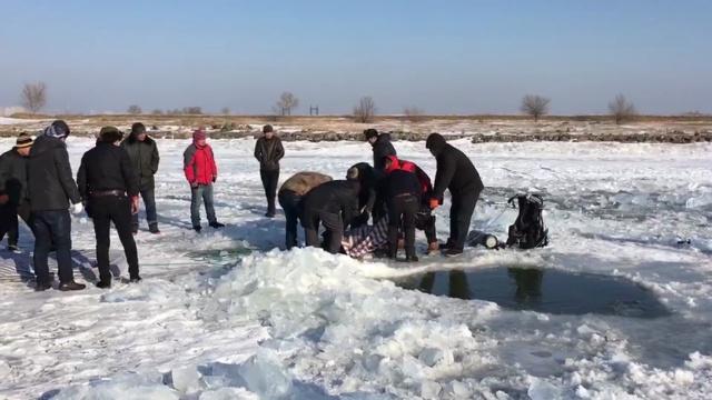 铲车冰面行驶掉入冰窟,驾驶员溺亡