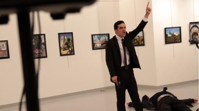 俄大使遭枪杀,凶手尸体被抬出