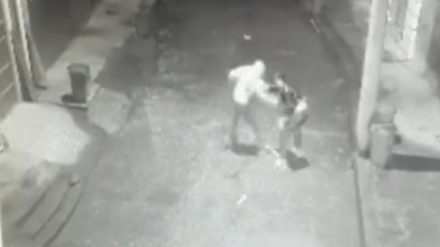 监控:男子持刀抢劫,对方反抗被刺死
