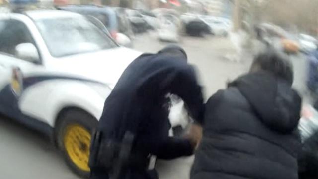 男子酒后打伤警察,反咬