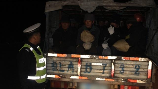 小货车变客车,车斗装了29个打工者