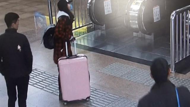小偷北京火车站行窃,专候电梯乘客