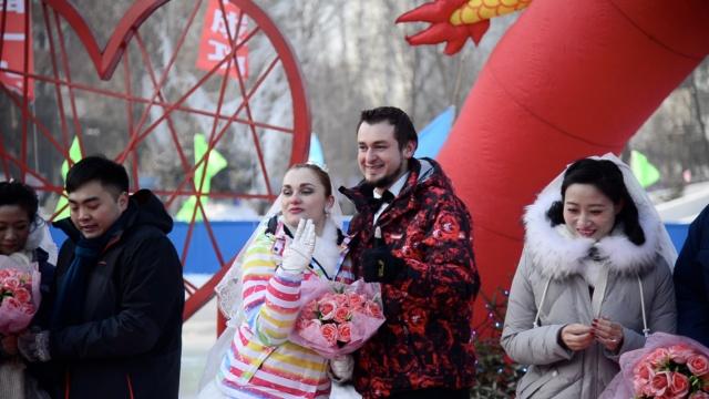冰点下的婚礼:婚纱套棉袄,笑得开