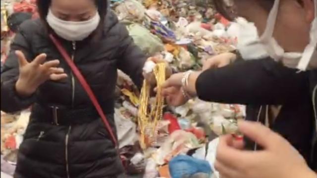 员工误丢10条金链,金店翻遍垃圾场