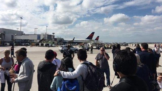 美国一机场突发枪案,已致5死8伤