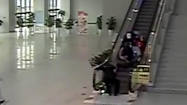 两秒!民警按停电梯救下老人