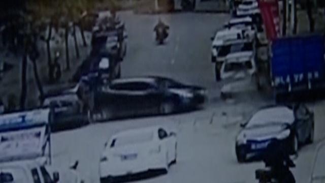 新手女司机!倒车下坡踩油门撞6车
