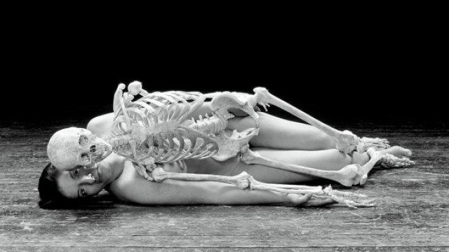 她用肉体做了一件惊世骇俗的事