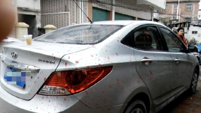 倒了血霉!邻居纠纷泼红漆殃及小车