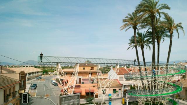 西班牙小镇的棕榈树观景台