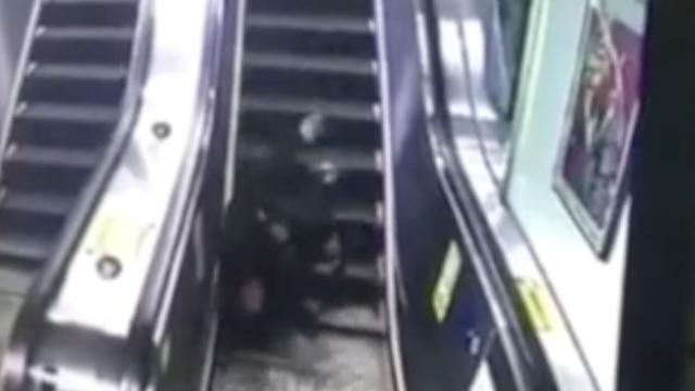 心酸!老汉跌落电扶梯,翻滚20余次