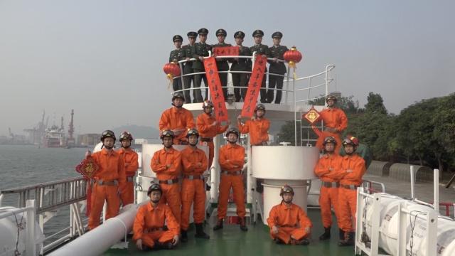 深圳消防官兵通过梨视频向祖国拜年