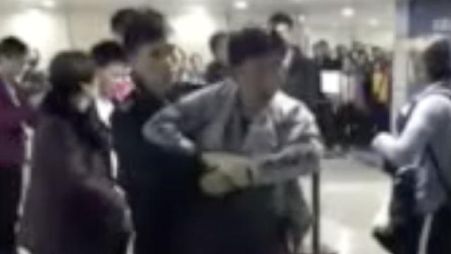 被插队不爽!广州机场两男大打出手
