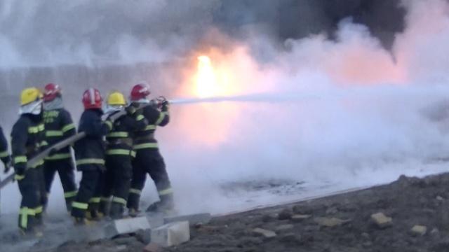 两油罐车相撞起火,消防扛水枪灭火