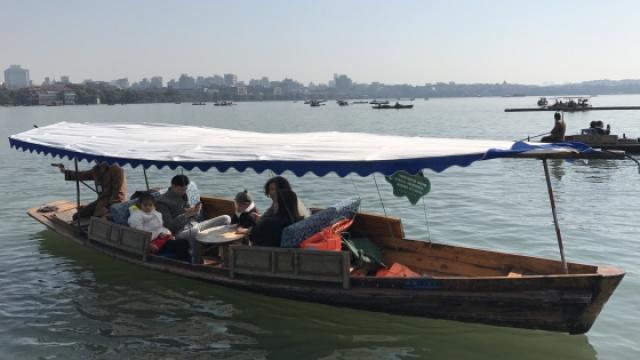 天气好,游客多,西湖游船生意火