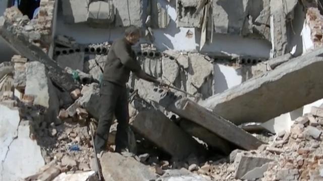 为给老伴治病,71岁老人废墟砸钢筋