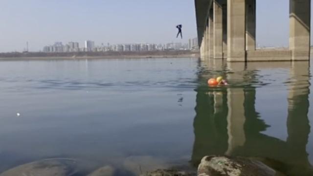 冬泳者意外拍到跳桥轻生,然后…