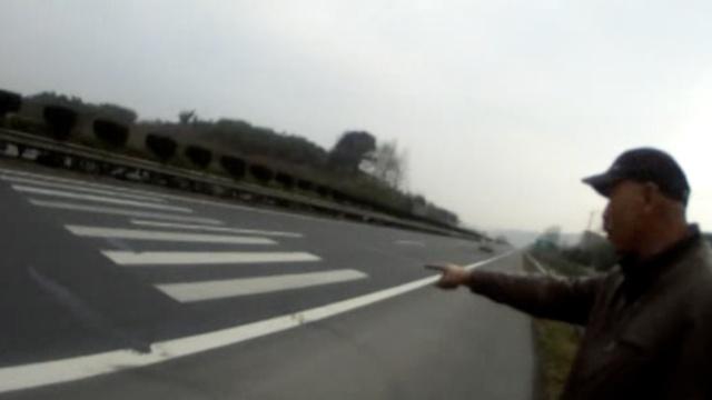 大爷欲横穿高速还有理:看!斑马线