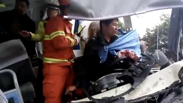 高速车祸,司机窗帘包伤口等待救援