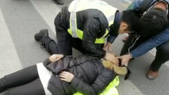 女子心脏骤停倒地,民警跪地急救