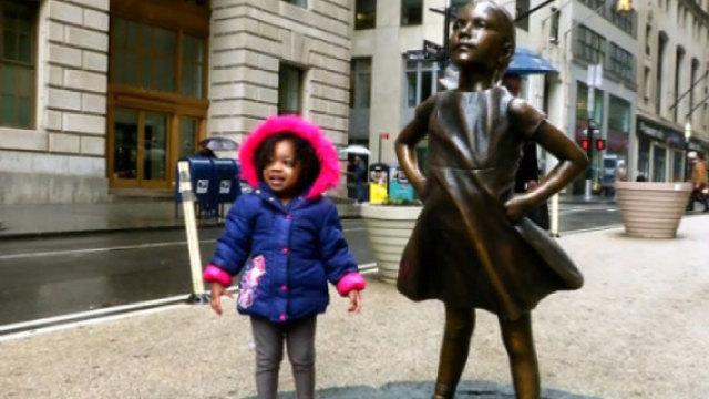"""""""无畏女孩""""铜像在华尔街竖立"""