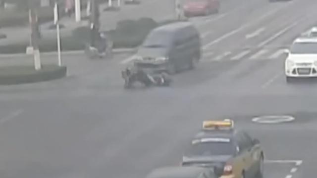 看了这些镜头,你还敢骑车闯红灯么?