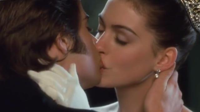 为啥接吻的时候,姑娘都爱翘起脚?