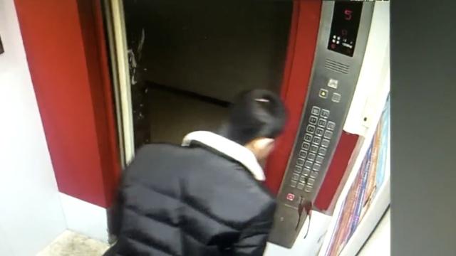 恶心!他走出电梯,一口血痰吐向按钮