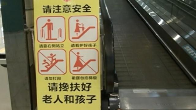 监控:女童上逆行电梯被卡,爷爷施救