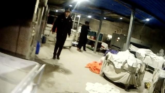 触目惊心!洗衣厂半夜开工,污水横流