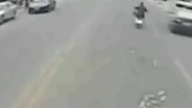 她骑车一路掉钱,公交司机停车帮捡