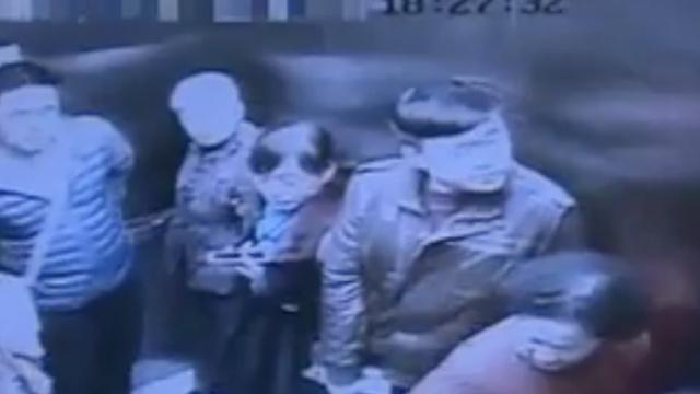 外卖小哥急送餐,踹停电梯9人被困