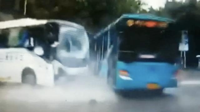 实拍:滂沱大雨中,大巴怒怼公交车