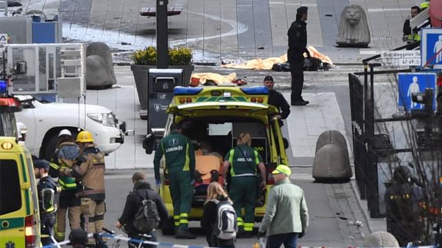 瑞典一卡车撞人,首相称或为恐袭