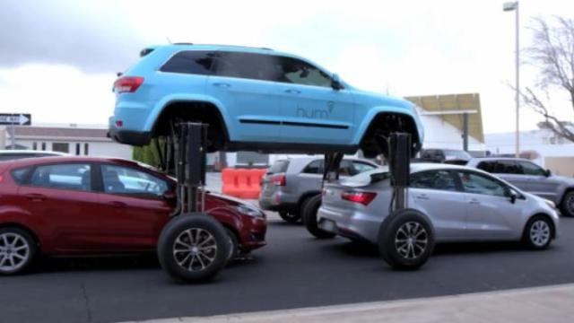 这车真牛,堵车能从其他车顶开过去