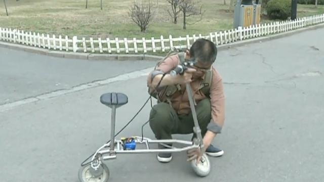 残疾大爷发明拐杖车,能骑能坐能拄