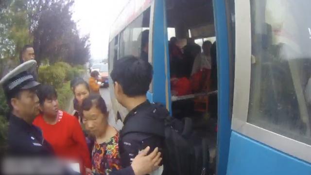 核载19人客车装38人,交警:不怕死?