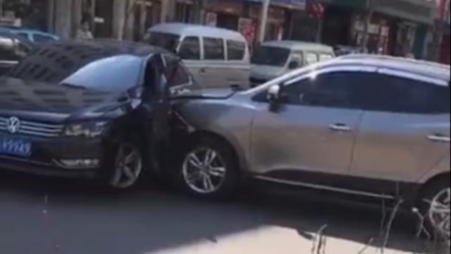 挡道起争执,越野车当街狂撞轿车